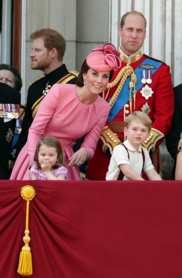 凯特王妃身穿粉色套装娇美动人笑靥如花