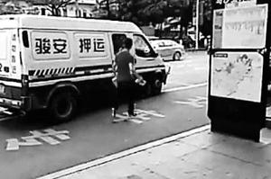 东莞男子追砸运钞车被击毙
